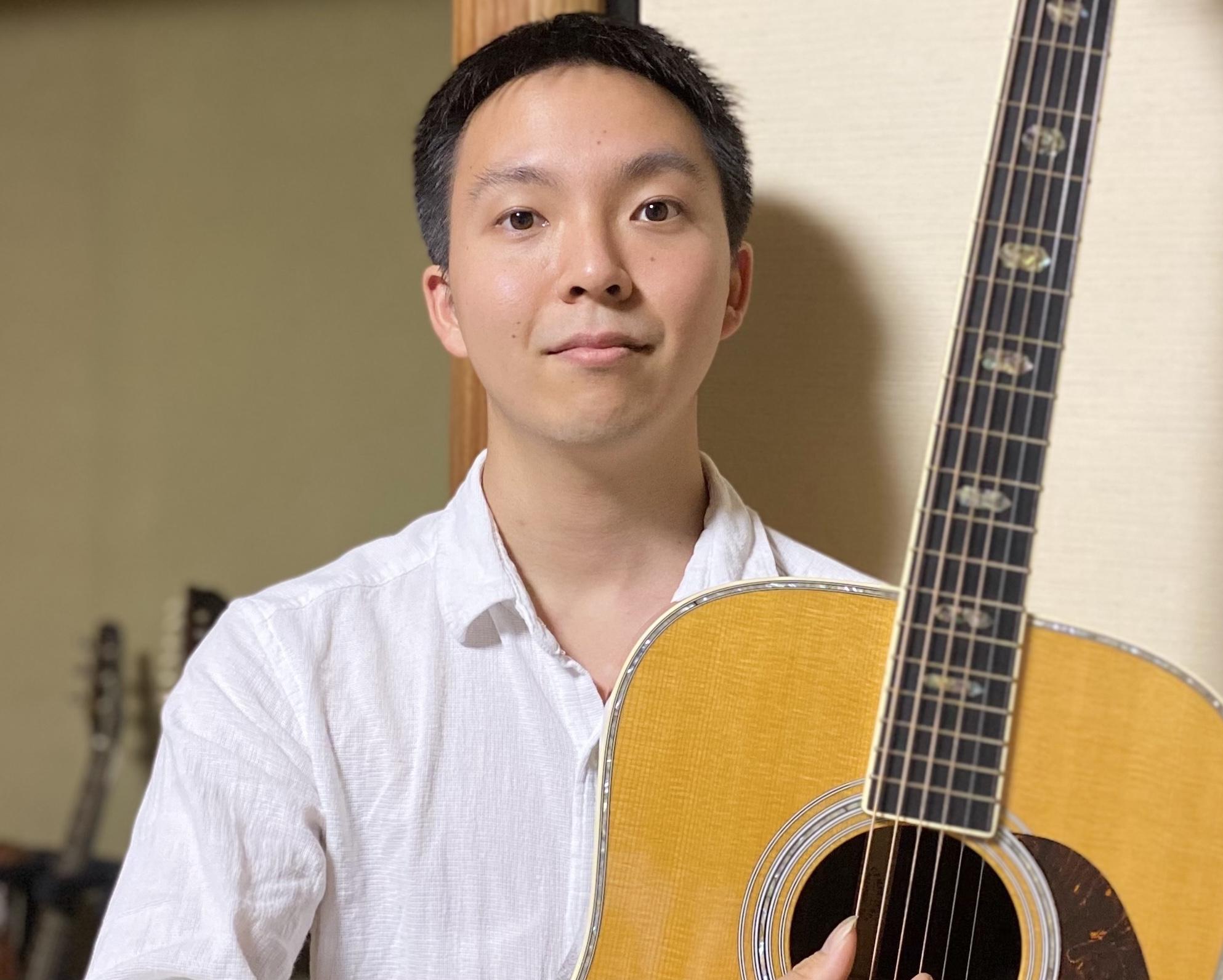 カサメミュージックスクールアコースティックギター科講師、ソーヤ先生の写真