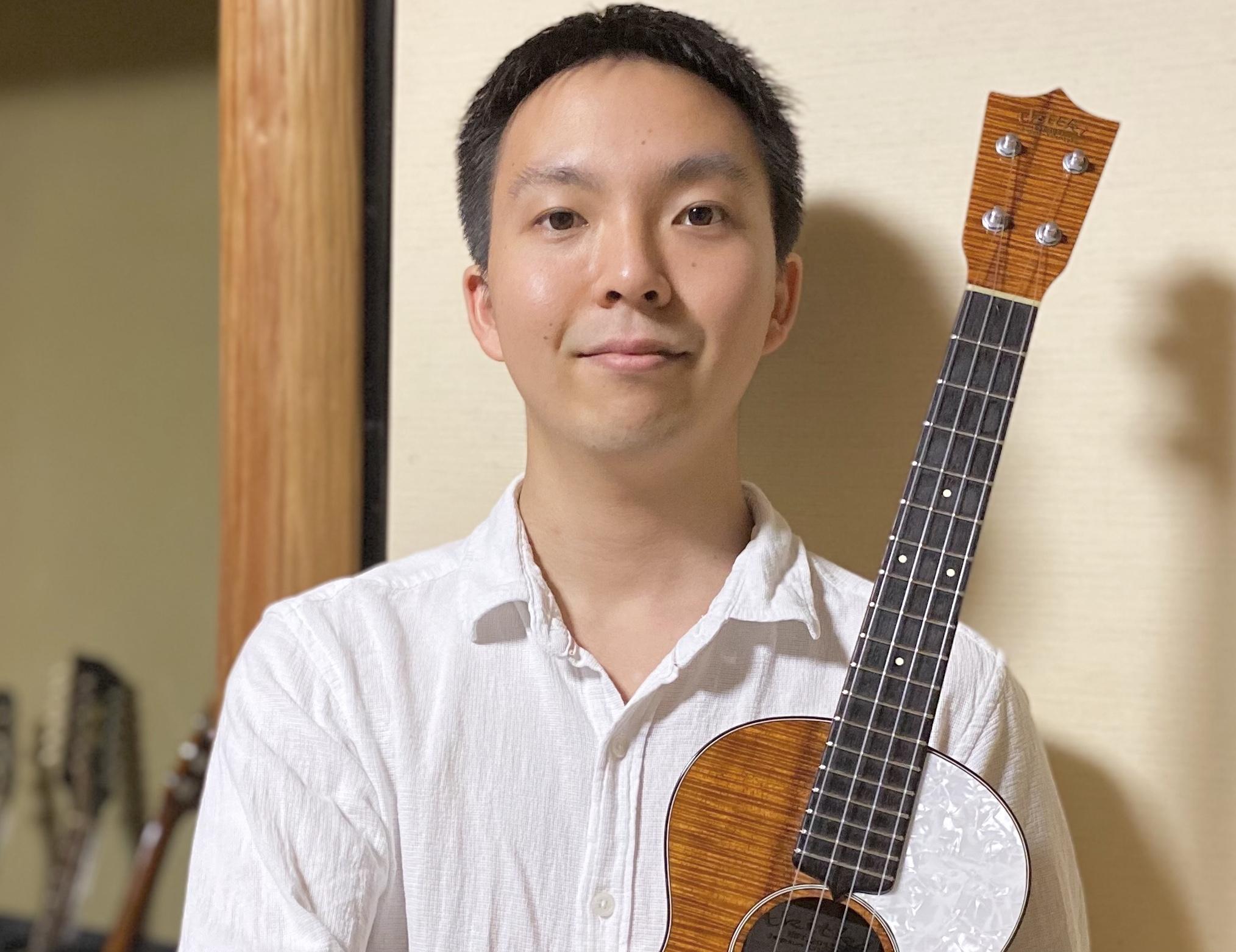 カサメミュージックスクールウクレレ科講師、ソーヤ先生の写真